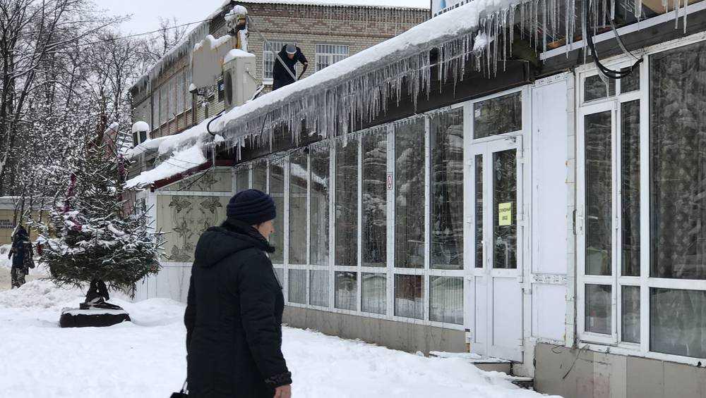 Крыши многих зданий Брянска обросли опасными сосульками