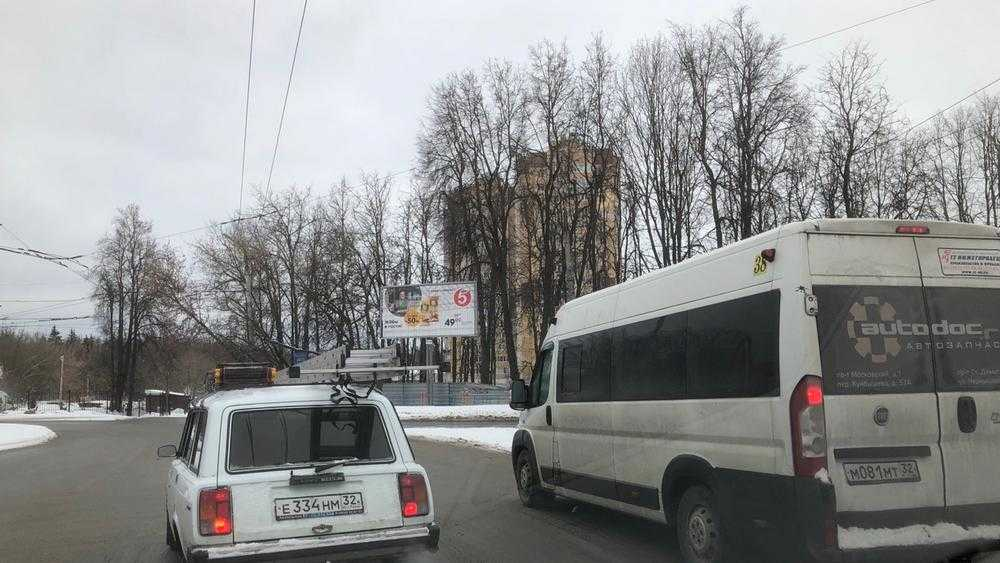 Брянских маршрутчиков заколдовало кольцо возле памятника Летчикам