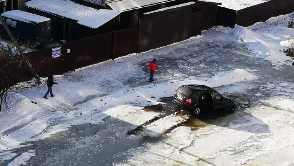 В Брянске очередной автомобиль угодил в ловушку на улице Медведева