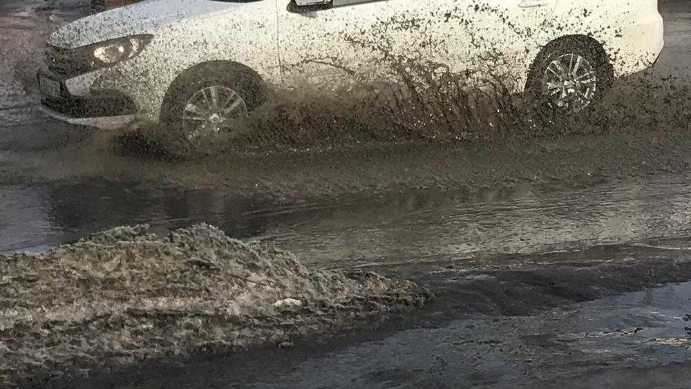 В Брянске из-за оттепели утонула дорога на улице Никитина