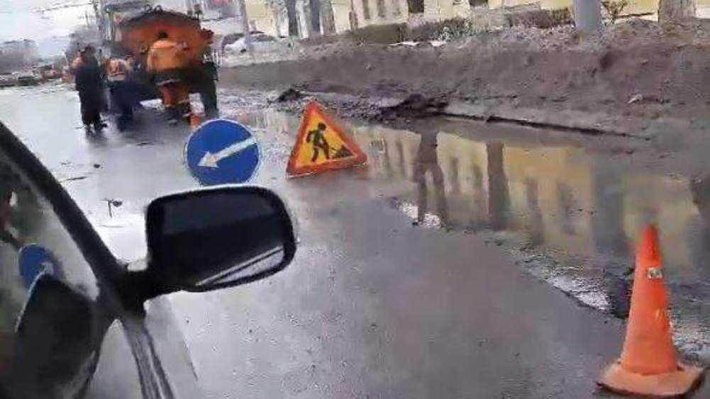 В Брянске по лужам начали ремонтировать дорогу на улице Калинина