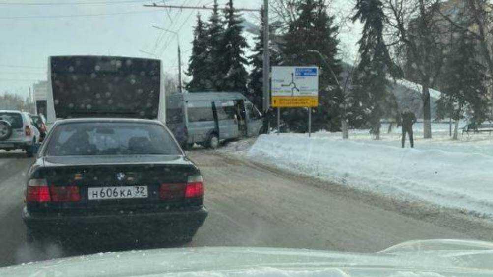 В Брянске возле Самолёта маршрутка врезалась в столб