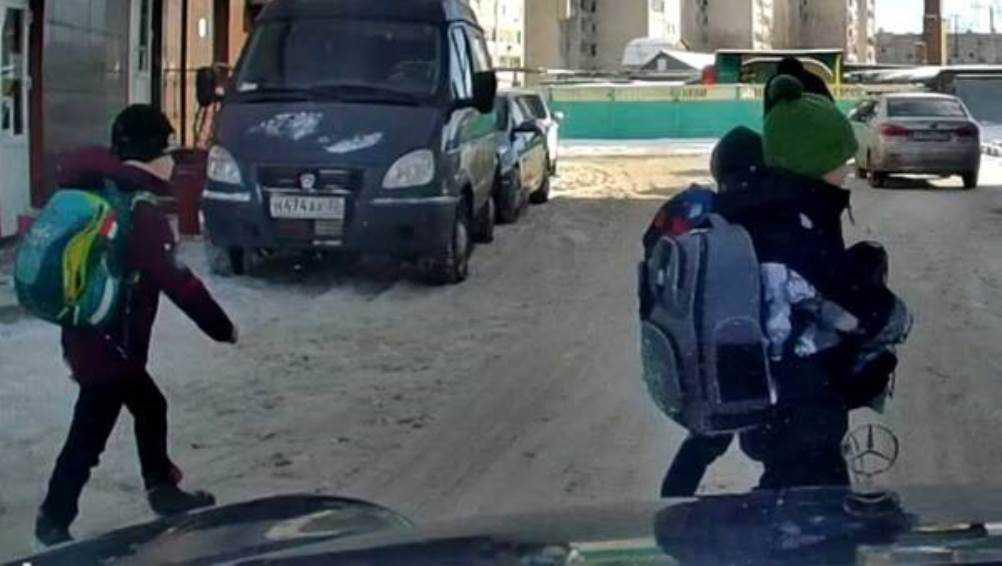 В Брянске водитель Mersedes едва не сбил троих школьников