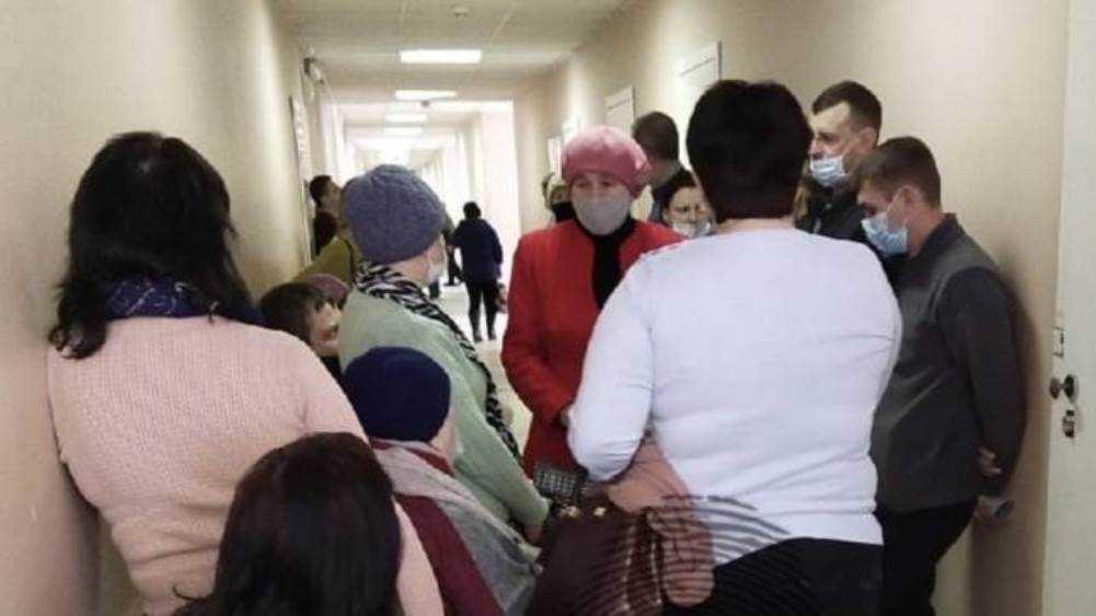 К терапевту поликлиники № 2 Брянска выстроилась огромная очередь пациентов