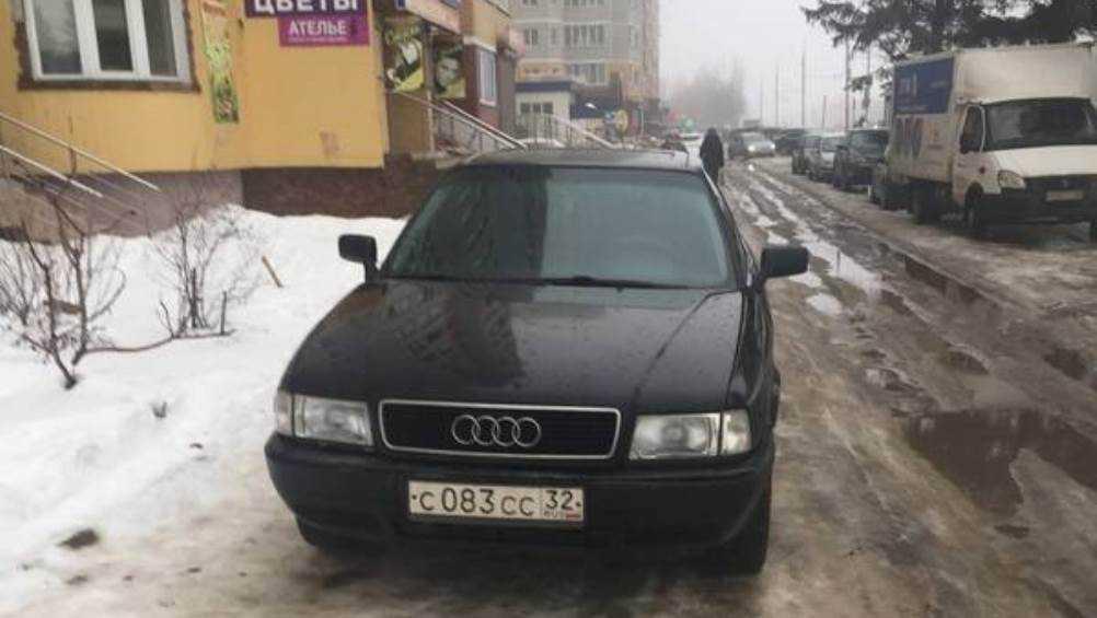 Жители Брянска призвали наказать водителя за парковку на тротуаре