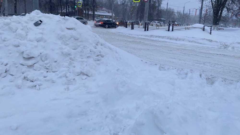 Жителей Брянска гаишники попросили сообщать о снежных горках у дорог