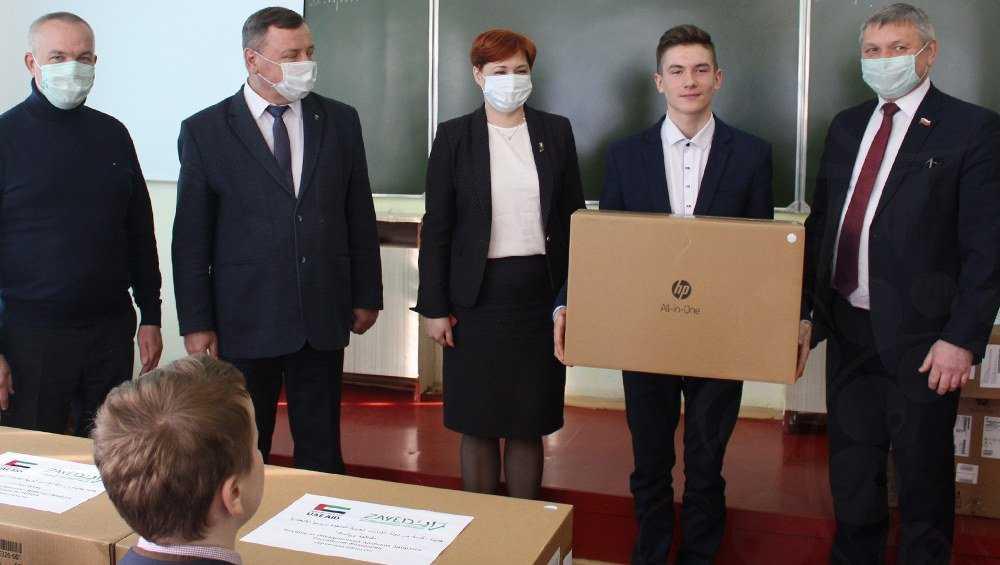 Ноутбуки от посла Эмиратов вручили брянским школьникам