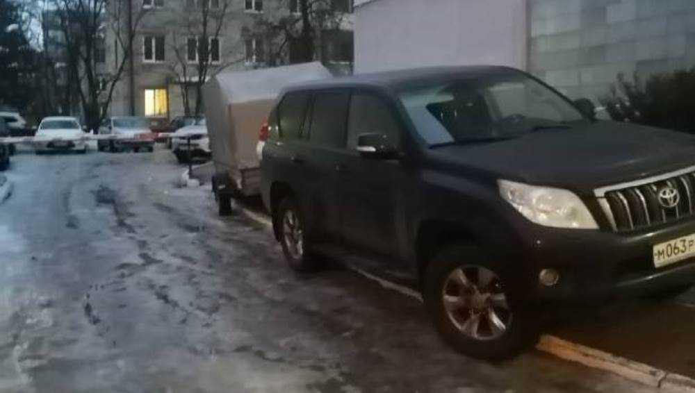В Брянске водитель автомобиля с прицепом захватил тротуар на улице Дуки