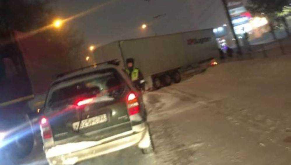 В заснеженном Брянске возле «Аэропарка» образовалась огромная пробка