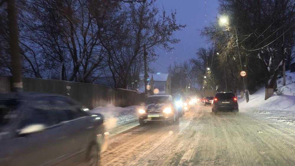 В центре Брянска вечером водители из-за метели встали в пробках