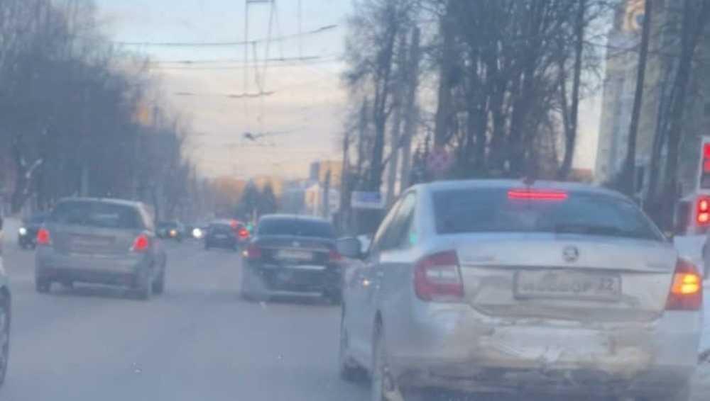 В Брянске застрявших в пробке автомобилистов возмутил неадекватный водитель