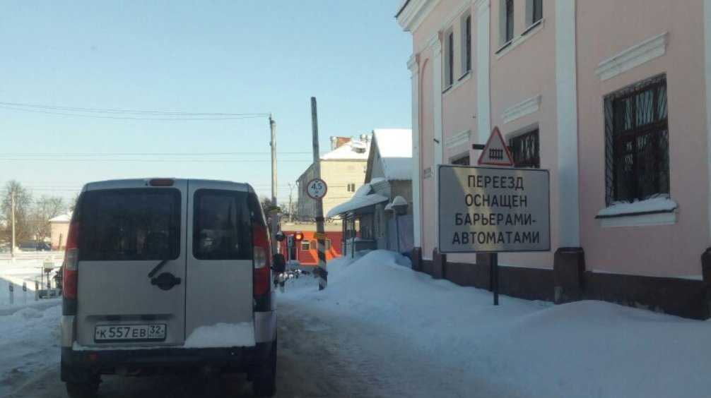 В Брянске автомобили застряли перед железнодорожным переездом