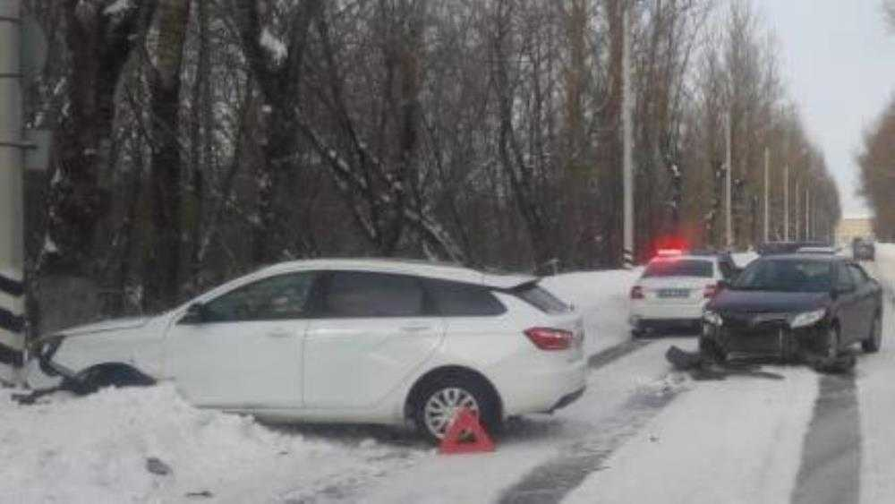 В Брянске столкнулись легковушки – пострадала 22-летняя девушка