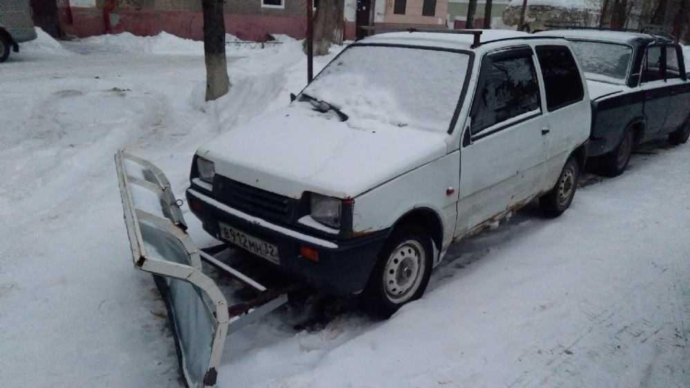 В Брянске водитель превратил свою легковушку в снегоуборочную машину