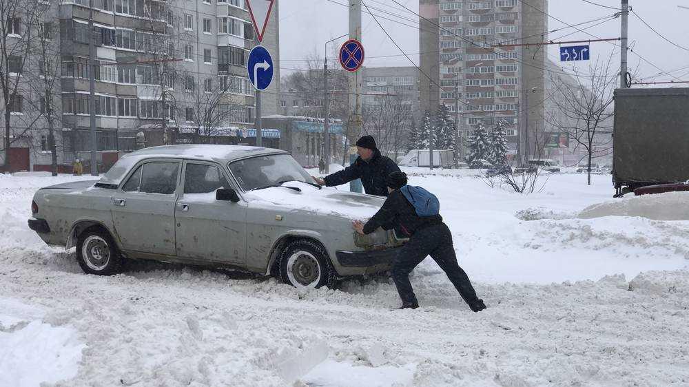 Созидательный мат помог брянцам вытолкать из снега тысячи автомобилей