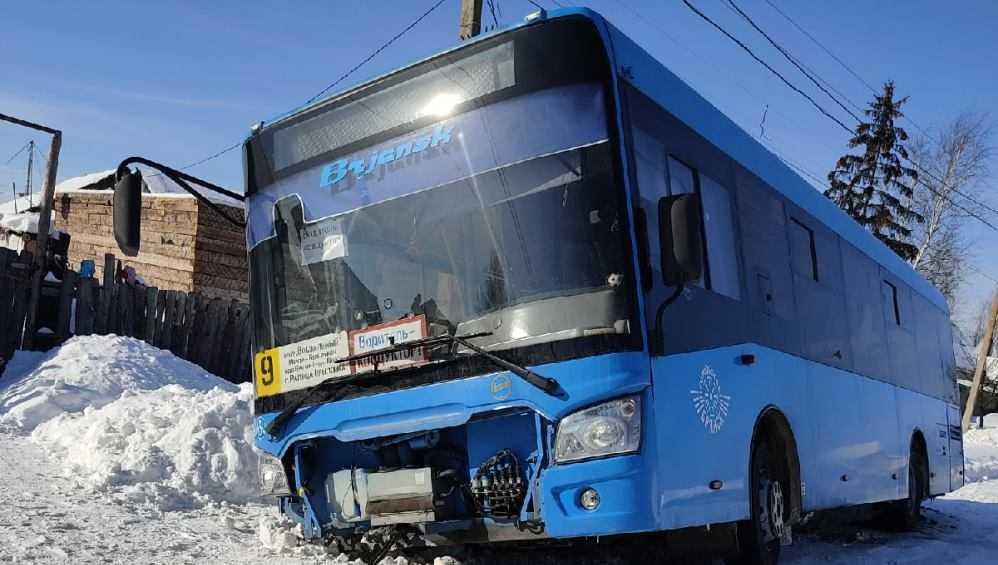 В Брянске автобус № 9 попал в загадочное  ДТП