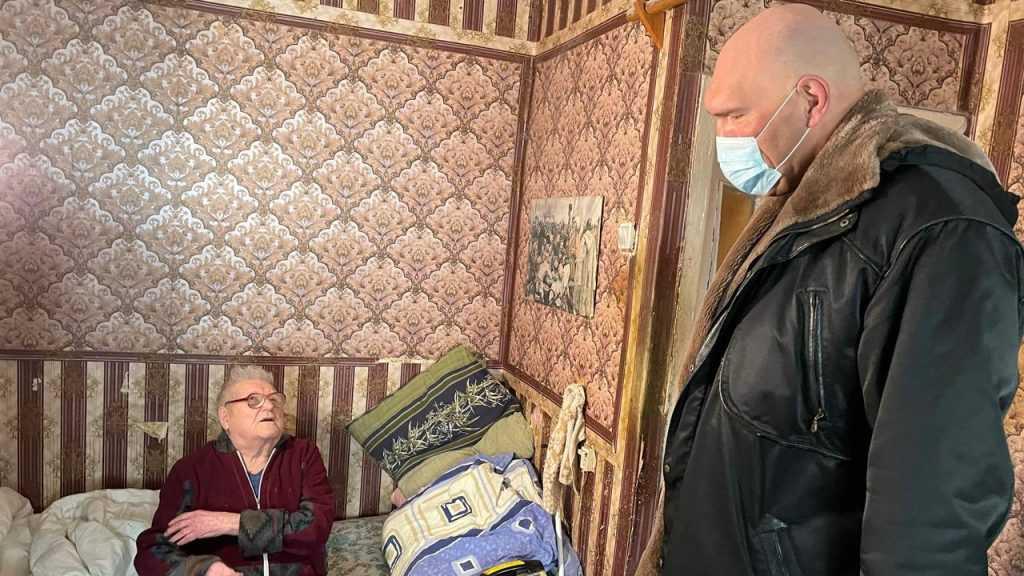 В Брянске Николай Валуев возложил цветы к мемориалу и преподнес ветерану праздничный презент