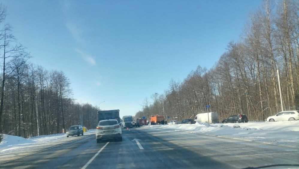 Под Брянском на трассе столкнулись легковушка и грузовик