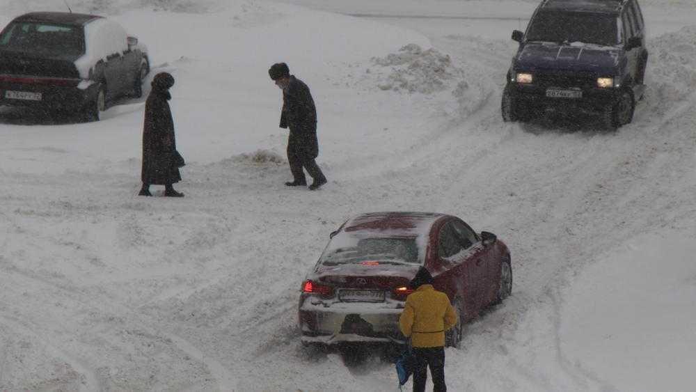 В Брянске на Рославльской пешеход бросился под автомобиль