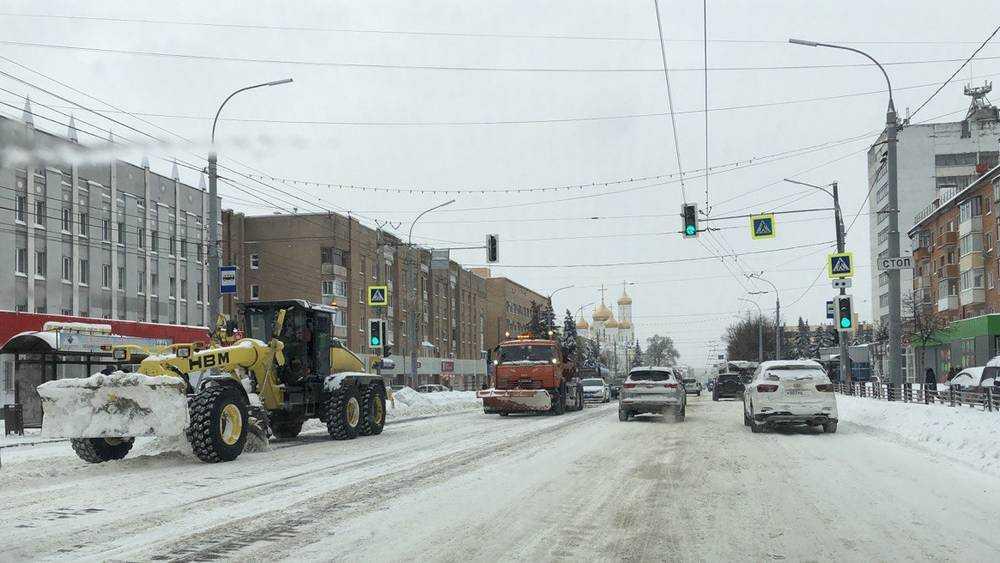 В Брянске после снегопада мощные грейдеры срезали с дорог наледь