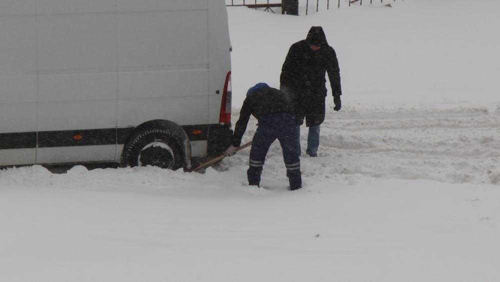 12 февраля в Брянске тысячи автомобилей попали в снежный плен