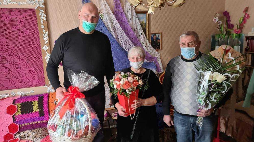 Николай Валуев поздравил с праздником мастерицу из Клетнянского  района