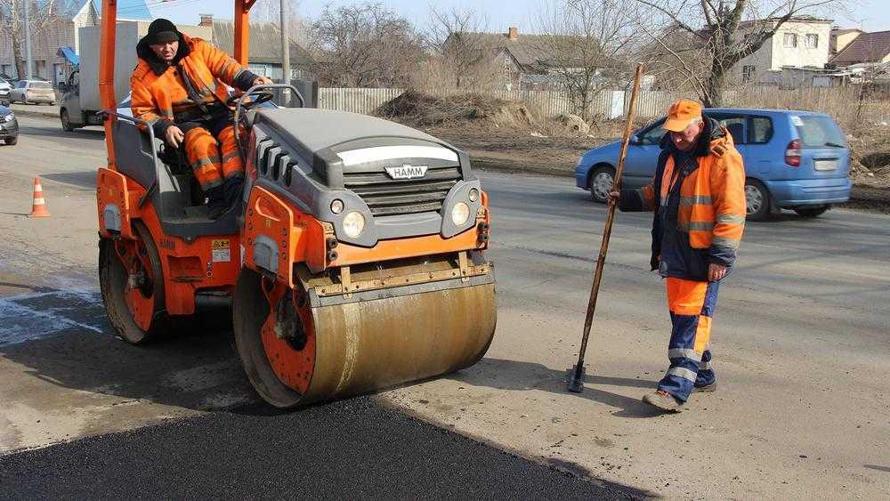 В Брянске власти раскритиковали дорожников за ремонт ведрами и лопатами