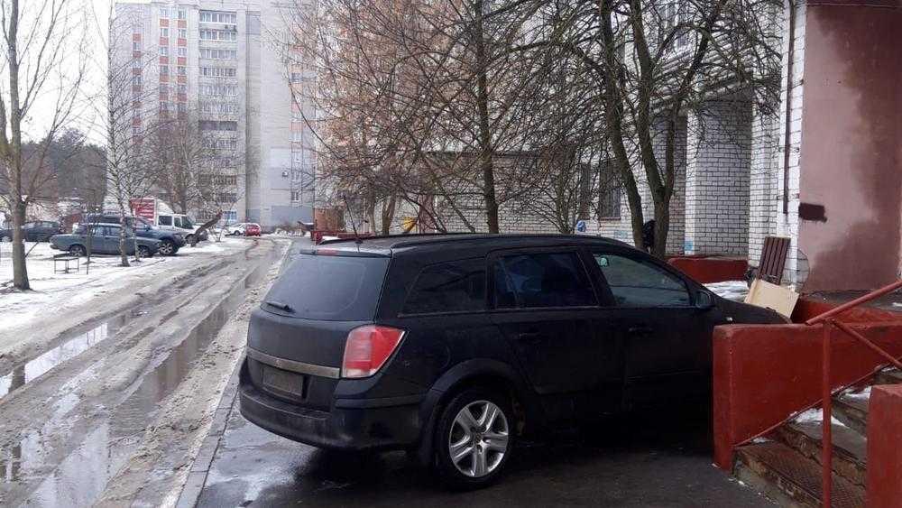 В Брянске началась война из-за стоянок на тротуарах в тесных дворах