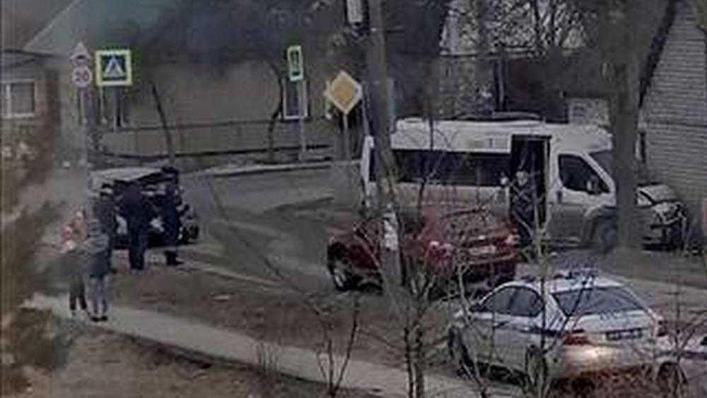 В Брянске на улице Чкалова маршрутка №3 врезалась в дом
