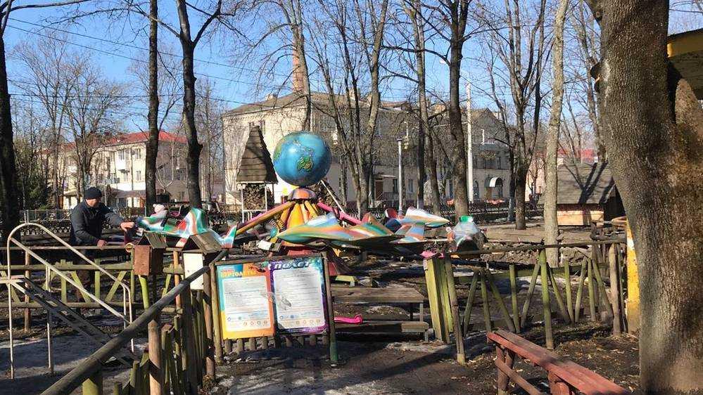 В брянском парке в «ручном режиме» досрочно заработали аттракционы