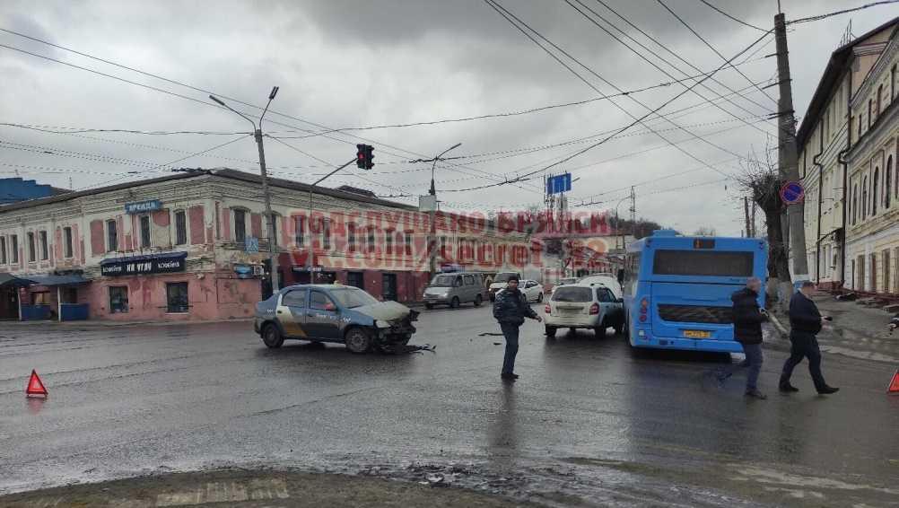 В Брянске на набережной столкнулись синий автобус и такси