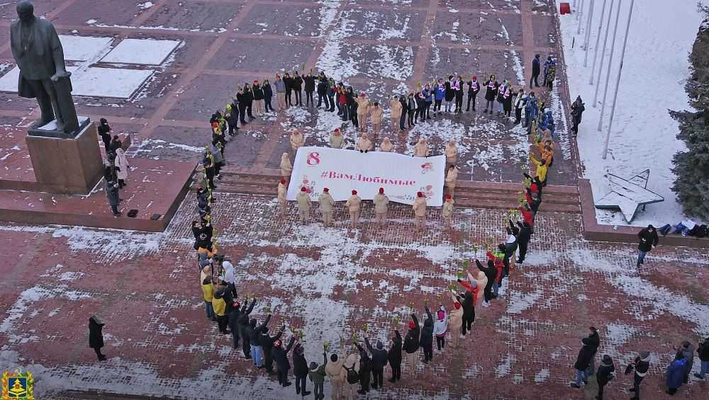 В Брянске женщин с 8 Марта поздравили цветочным флешмобом «Вам, любимые»