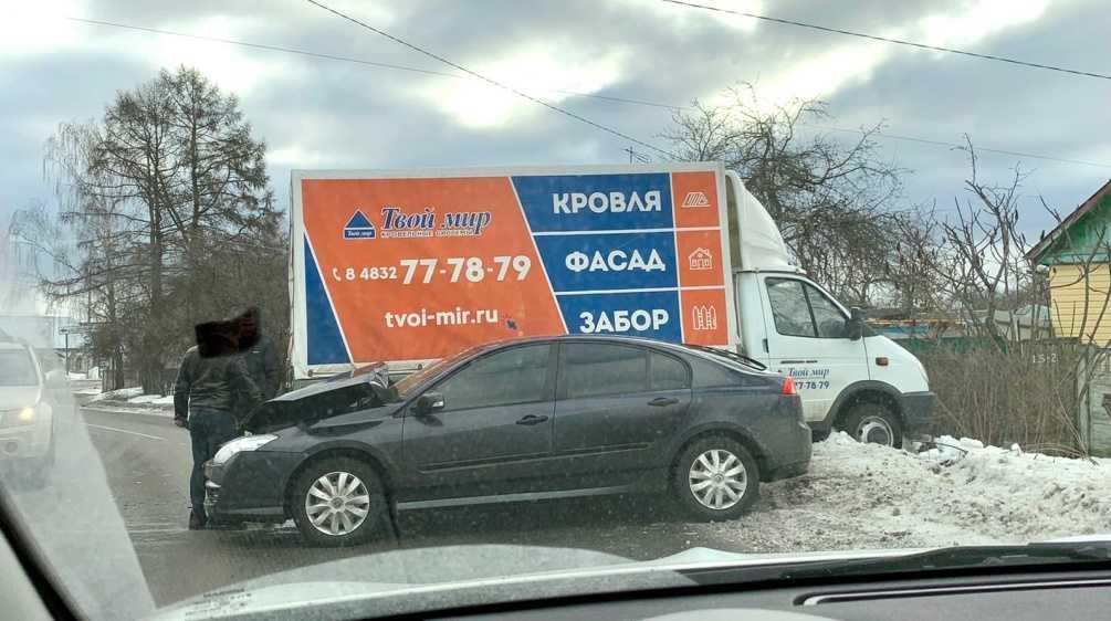 В Брянске на улице Делегатской столкнулись фургон и легковушка