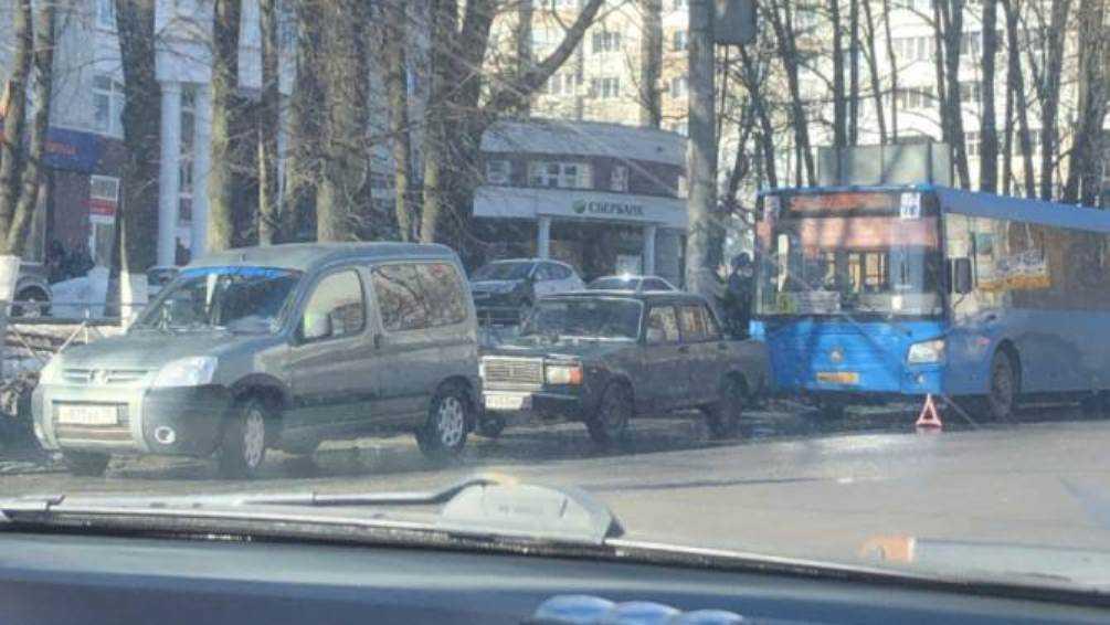 В Брянске автобус № 5 врезался в легковушку на улице Красноармейской
