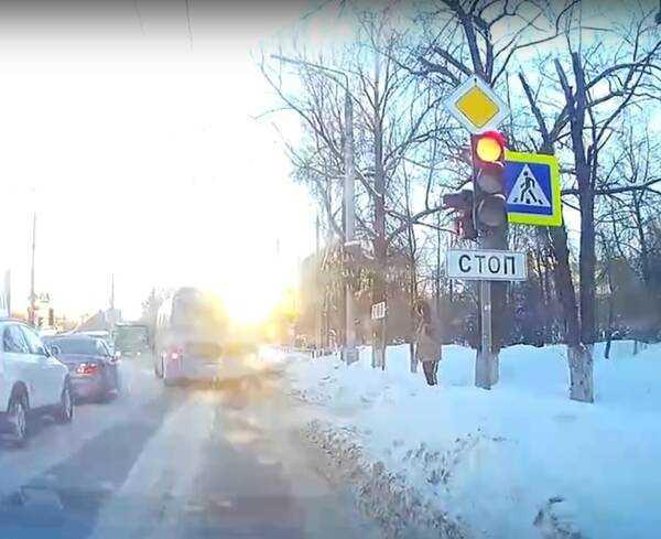 В Брянске водителя автобуса призвали наказать за проезд на красный свет