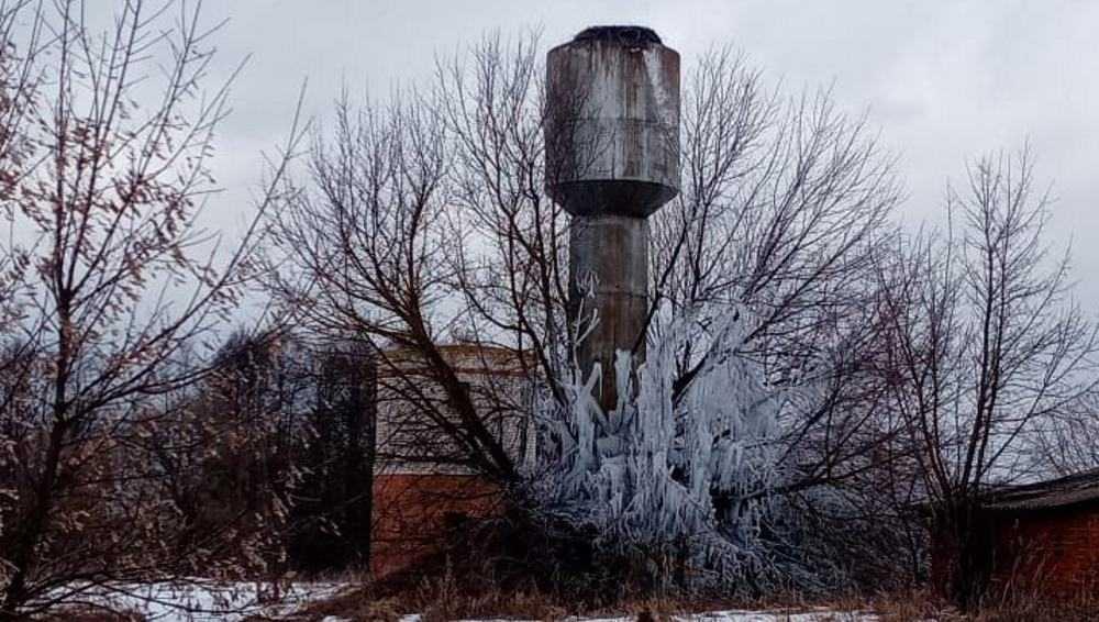 В селе под Новозыбковом образовался замерзший водопад возле башни