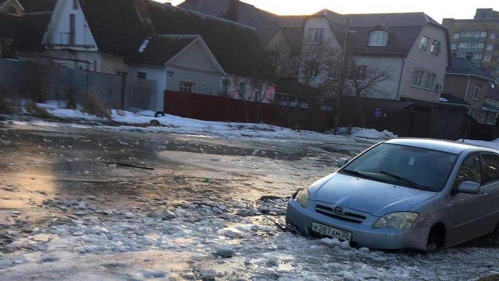 В Бежицком районе Брянска знаменитая лужа поглотила новую машину