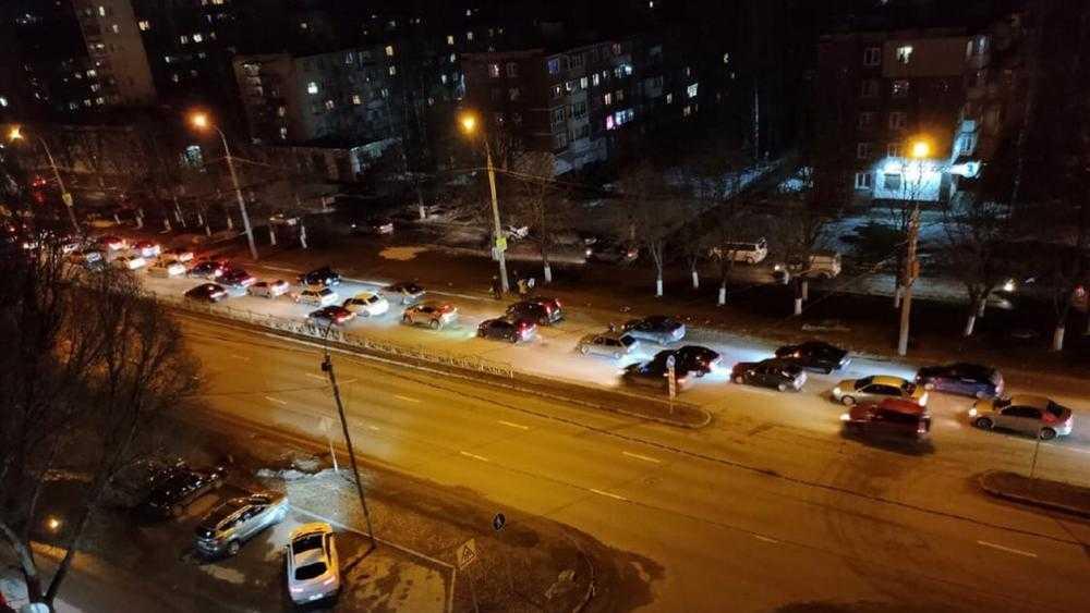 Человек с флагом устроил большую пробку на Московском проспекте