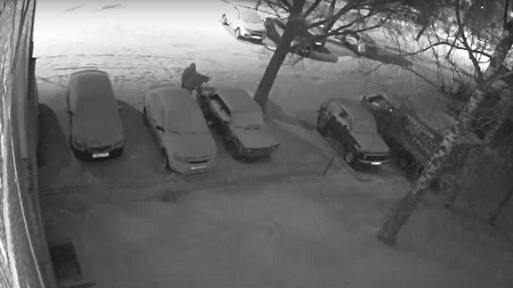 В Брянске сняли видео кражи бензина из автомобиля на стоянке
