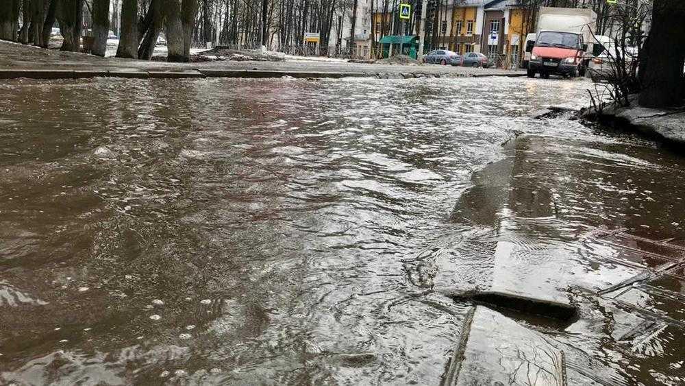 В Брянске великий потоп подобрался к магазину «Магнит»