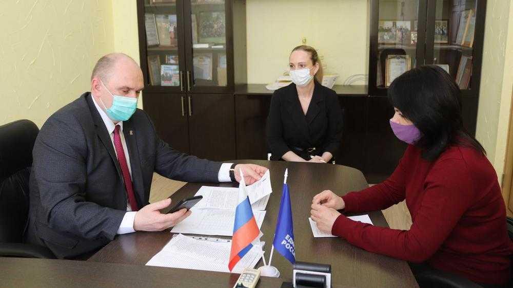 Заместитель главы Брянской облдумы Беляй поддержал избирателей гнилым деревом