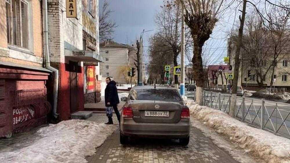 В Брянске водителю отомстили за перекрытый автомобилем тротуар
