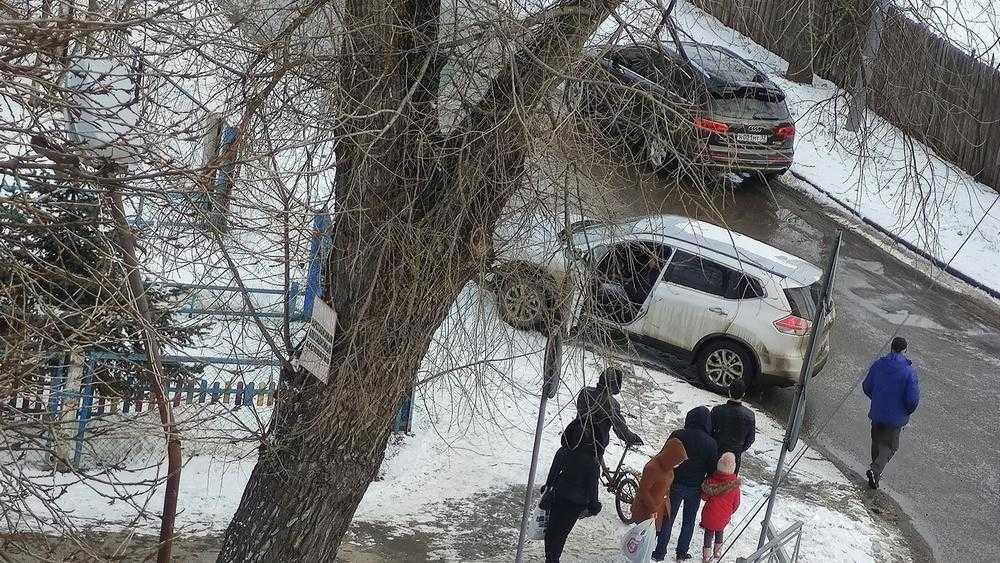 В Брянске возле школы №36 после ДТП автомобиль вылетел на тротуар