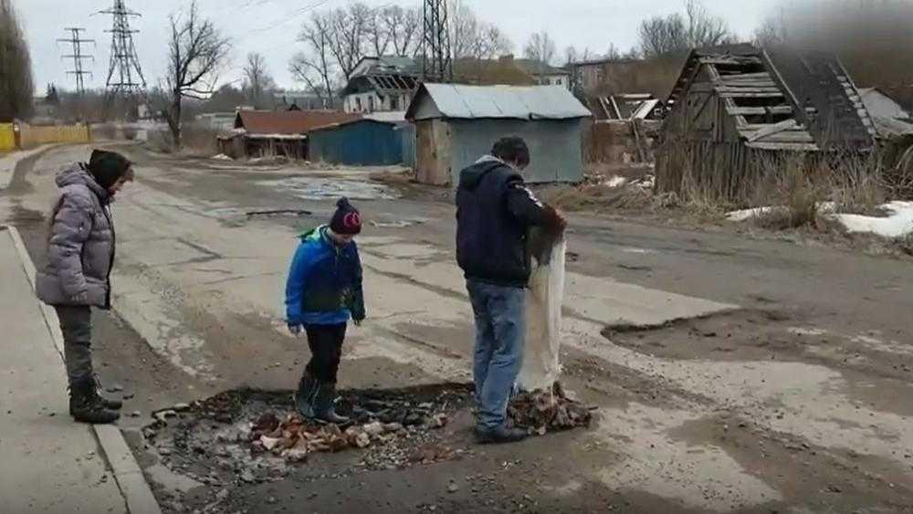 В Брянске школьники самостоятельно отремонтировали дорогу у переезда