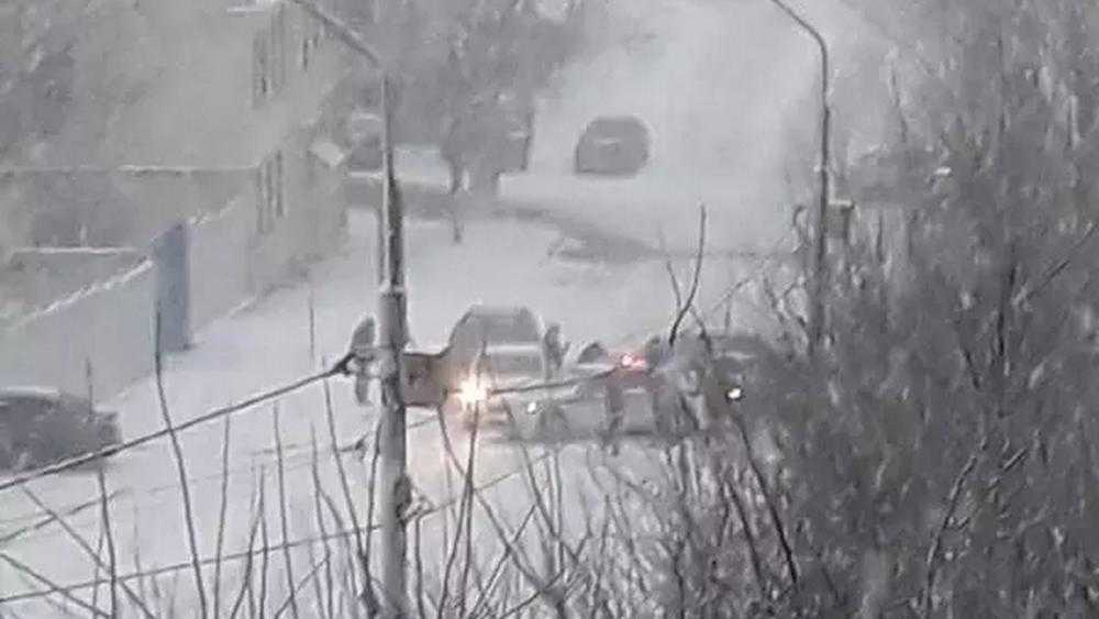 В центре Брянска во время снегопада произошло массовое ДТП