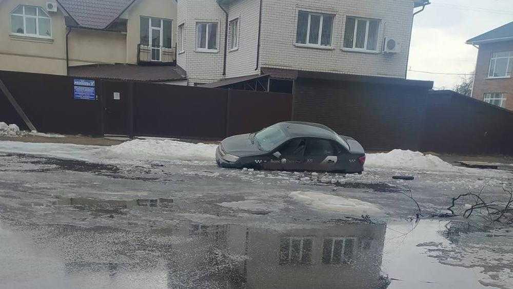 Такси утонуло в манящей водителей луже в Брянске на улице Медведева