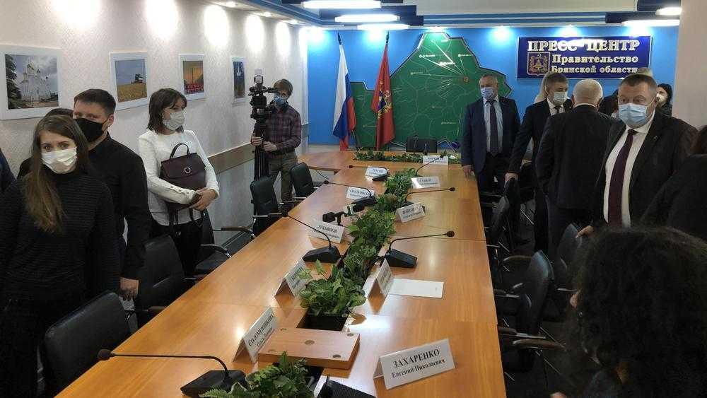 Брянский губернатор Александр Богомаз встретился с обманутыми дольщиками