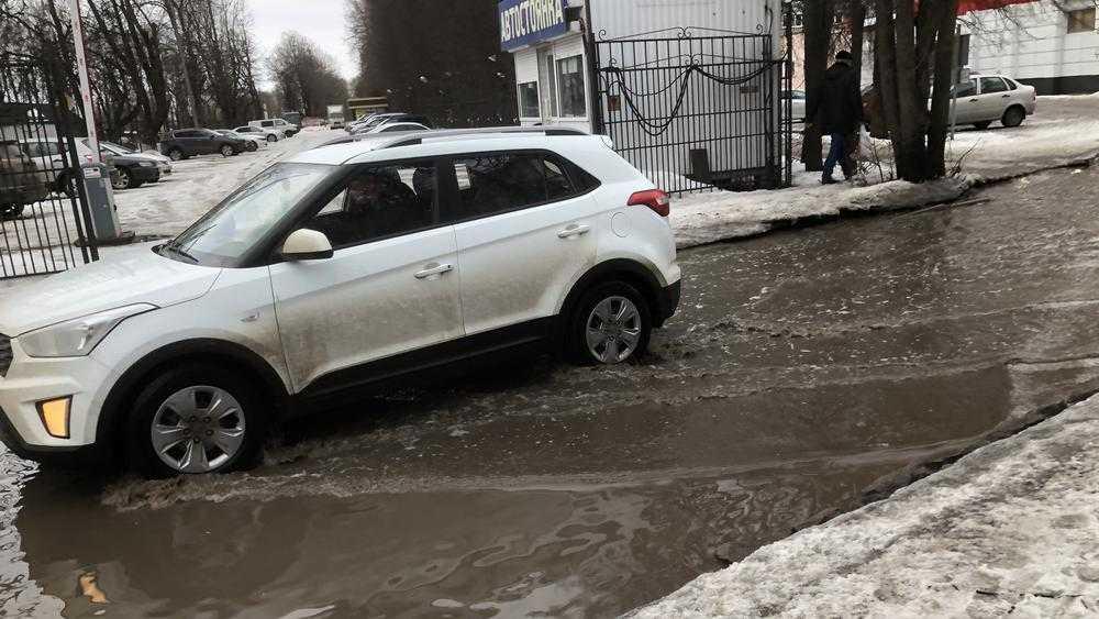 В Брянске автомобили стали выплывать на федеральную трассу из бассейна