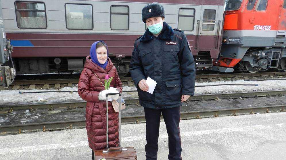 В Брянске сотрудники транспортной полиции дарили женщинам цветы