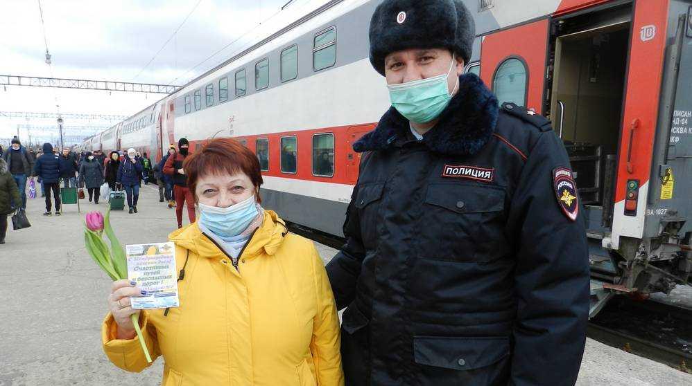 В Брянске сотрудники транспортной полиции подарили женщинам цветы